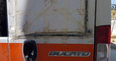 L'ambulanza di Petrosino senza vetro, con cartone al suo posto, e con portellone laterale cerottato